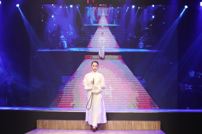 Linh Nga,  Minh Tu xuat hien chung tren san dien thoi trang anh 2