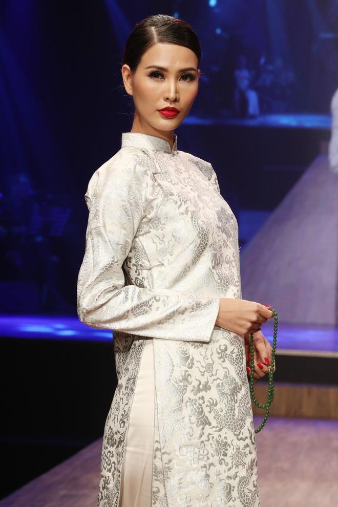 Linh Nga,  Minh Tu xuat hien chung tren san dien thoi trang anh 6