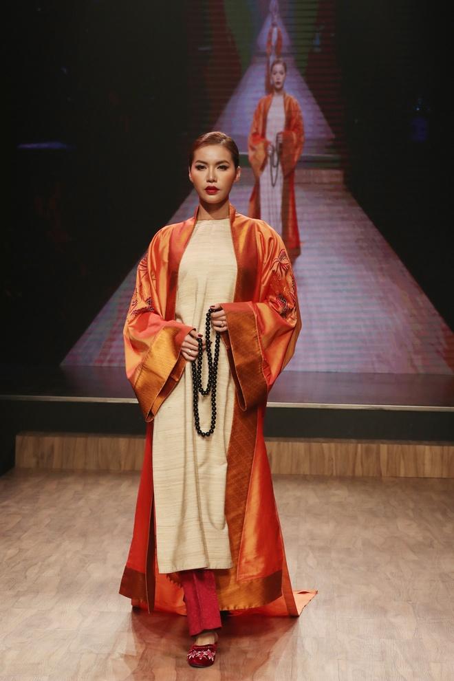 Linh Nga,  Minh Tu xuat hien chung tren san dien thoi trang anh 8