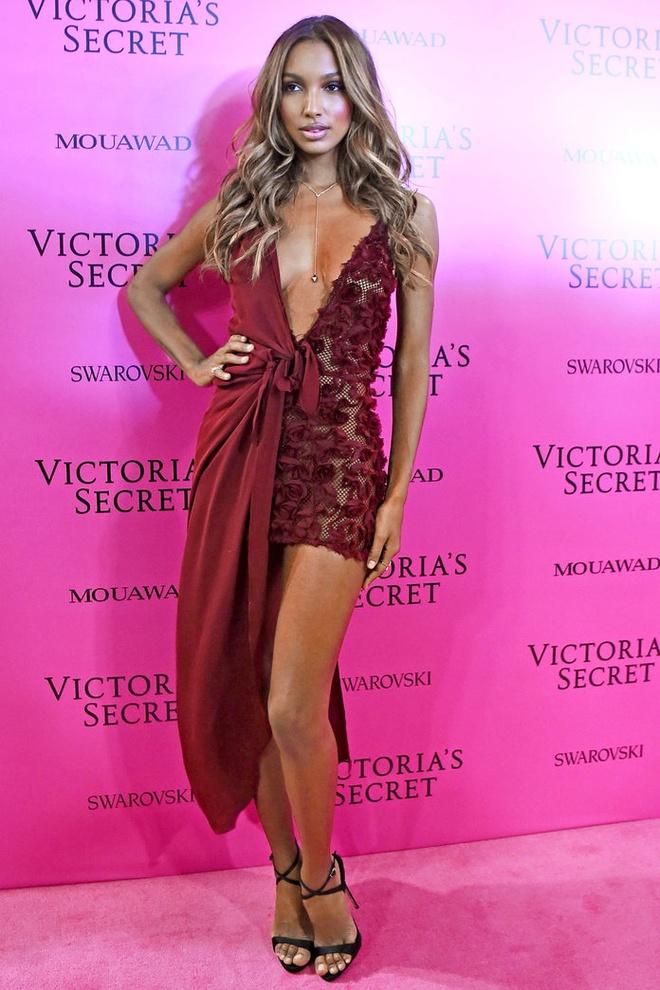 Alessandra Ambrosio dan con gai toi tham hong Victoria's Secret hinh anh 9