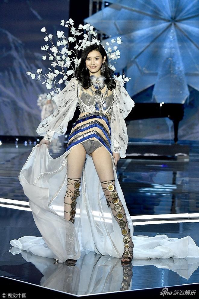 Nhung 'lan dau tien' trong show dien Victoria's Secret 2017 hinh anh 7