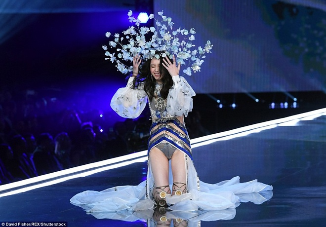 Nhung 'lan dau tien' trong show dien Victoria's Secret 2017 hinh anh 8