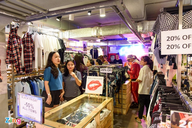 Gioi tre Viet chen chan mua sam ngay Black Friday 2017 hinh anh 1