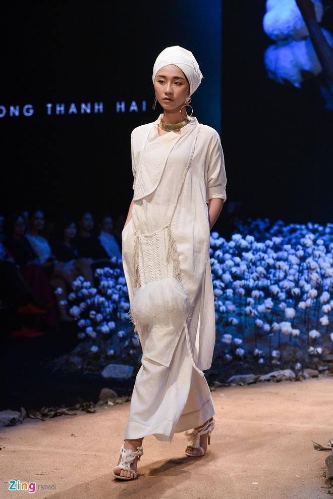 Lan Khue dang quang Hoa hau tren san dien thoi trang hinh anh 16