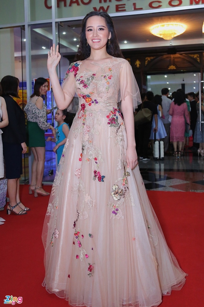 Mai Phuong Thuy, Tu Anh dien do sen, mac loi trang diem hinh anh 1