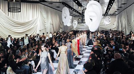 Toan canh san khau trinh dien cua show Dior hinh anh