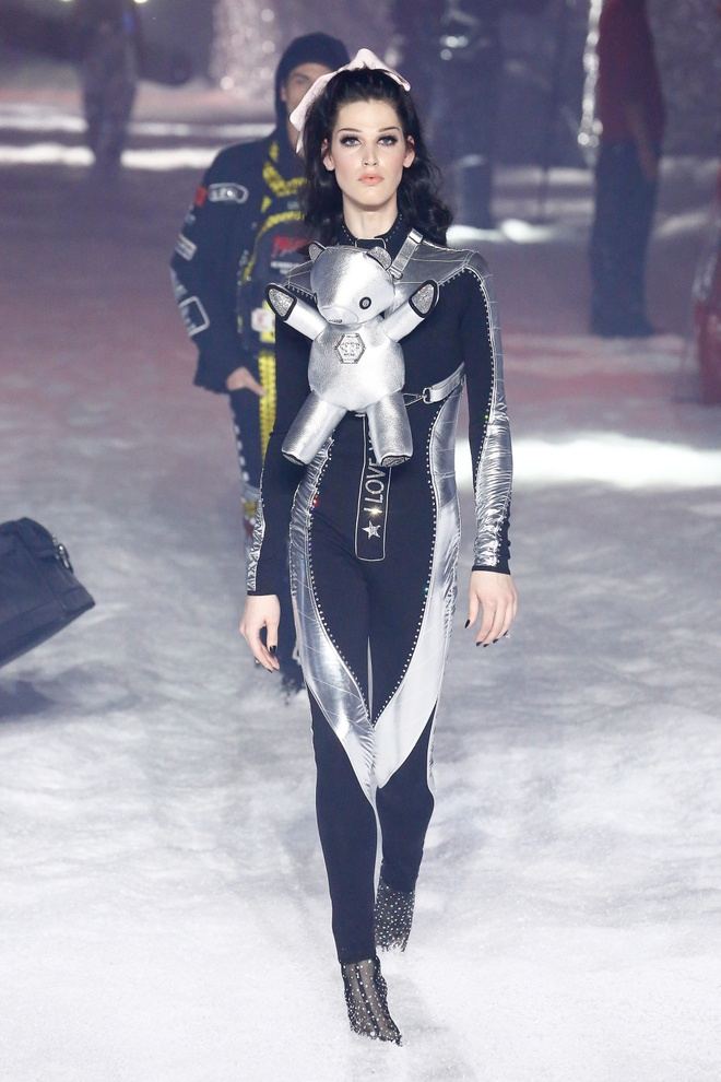 Irina Shayk xuat hien cung robot tren san dien thoi trang hinh anh 9