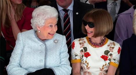 Nu hoang Elizabeth II ngoi hang ghe dau Tuan le thoi trang London hinh anh