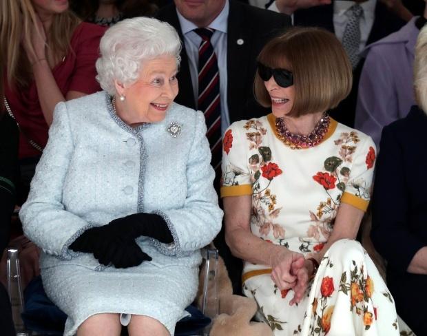 Nu hoang Elizabeth II ngoi hang ghe dau Tuan le thoi trang London hinh anh 1