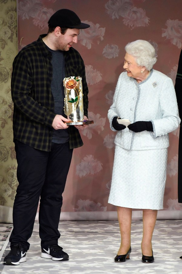 Nu hoang Elizabeth II ngoi hang ghe dau Tuan le thoi trang London hinh anh 2