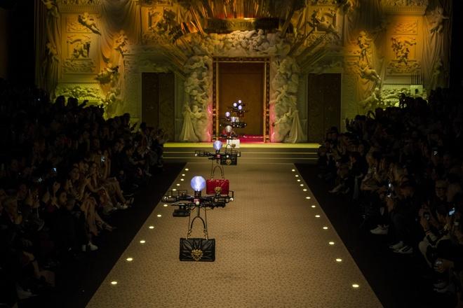 Dolce&Gabbana dung may bay thay the nguoi mau tren san dien hinh anh 1
