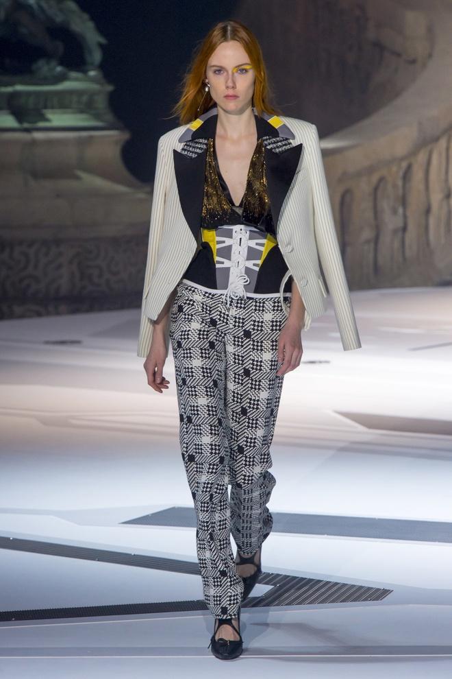 Khong chieu tro, Dior va Balenciaga van lot top noi bat tren Vogue hinh anh 11
