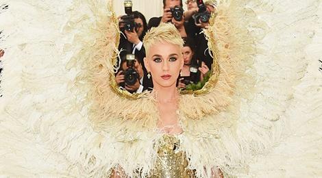 Deo canh khong lo 2,4 m, Katy Perry phai di xe mui tran den Met Gala hinh anh