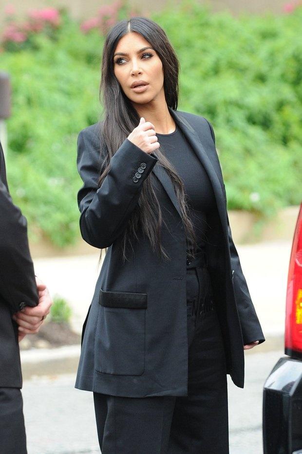 Kim Kardashian mac suit den den Nha Trang anh 1