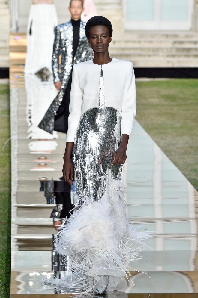 Nguoi mau da mau chiem linh san dien Haute Couture 2018 hinh anh 1
