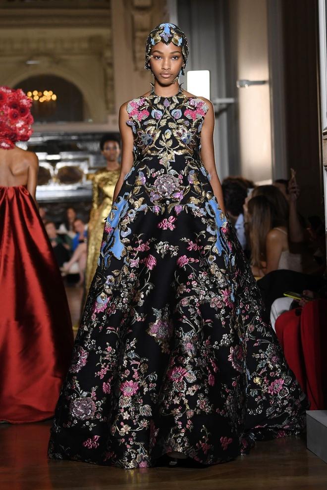 Nguoi mau da mau chiem linh san dien Haute Couture 2018 hinh anh 2