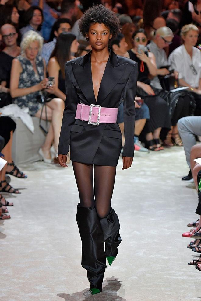 Nguoi mau da mau chiem linh san dien Haute Couture 2018 hinh anh 5