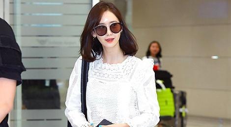 Yoona lo nhuoc diem doi chan, Moon Byul nam tinh tai san bay hinh anh