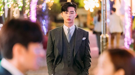 Pho chu tich Park Seo Joon va bo suu tap do hieu trong 'Thu ky Kim' hinh anh