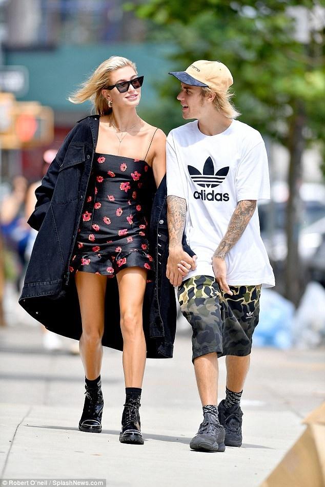 Xuat hien cung nhau, Justin Bieber va Hailey Baldwin an mac the nao? hinh anh 1