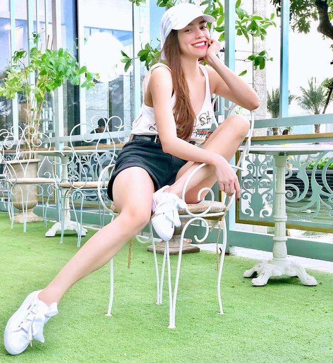 Street style sao Viet: Quynh Anh Shyn, Phuong Trinh mac chat hinh anh 2