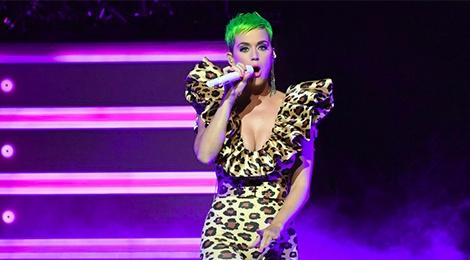 Katy Perry dien thiet ke cua Cong Tri tren san khau am nhac hinh anh