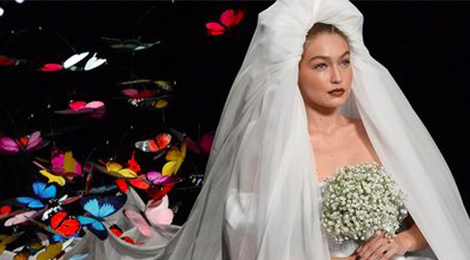 Gigi Hadid dien vay cuoi day buom trong show dien thoi trang hinh anh