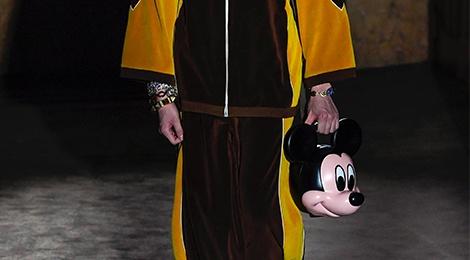 Nguoi mau mang dau chuot Mickey trong show thoi trang hinh anh