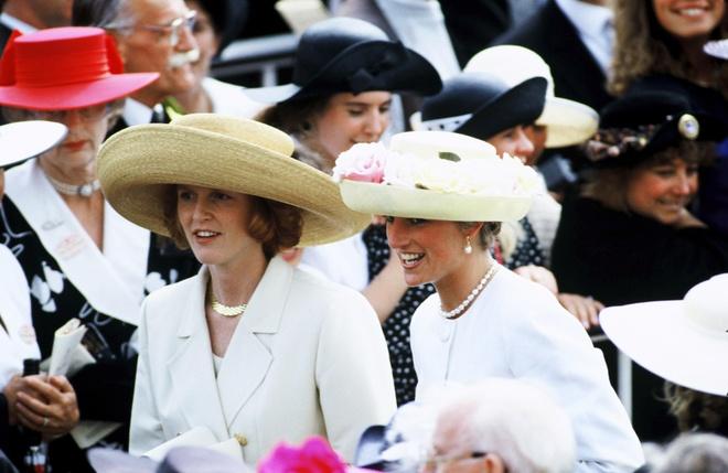 Sự tương đồng trang phục giữa hai thế hệ Công nương Anh