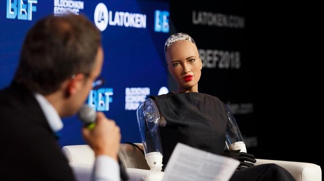 Robot Sophia ngoi hang ghe dau o show thoi trang Alexander Wang hinh anh 2
