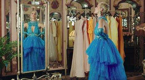 Katy Perry tiếp tục mặc thiết kế của Công Trí trong MV 'Immoral Flame'