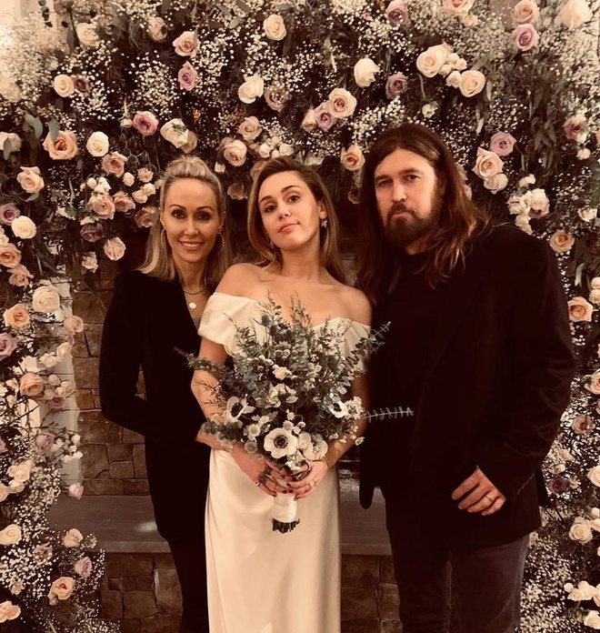 Miley Cyrus dep quyen ru trong ngay trong dai voi vay cuoi toi gian hinh anh 3