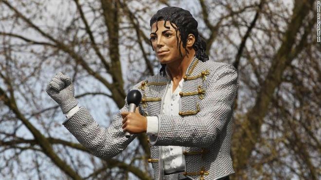 Tuong dai phong cach Michael Jackson dang dan sup do hinh anh 4