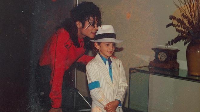 Tuong dai phong cach Michael Jackson dang dan sup do hinh anh 1