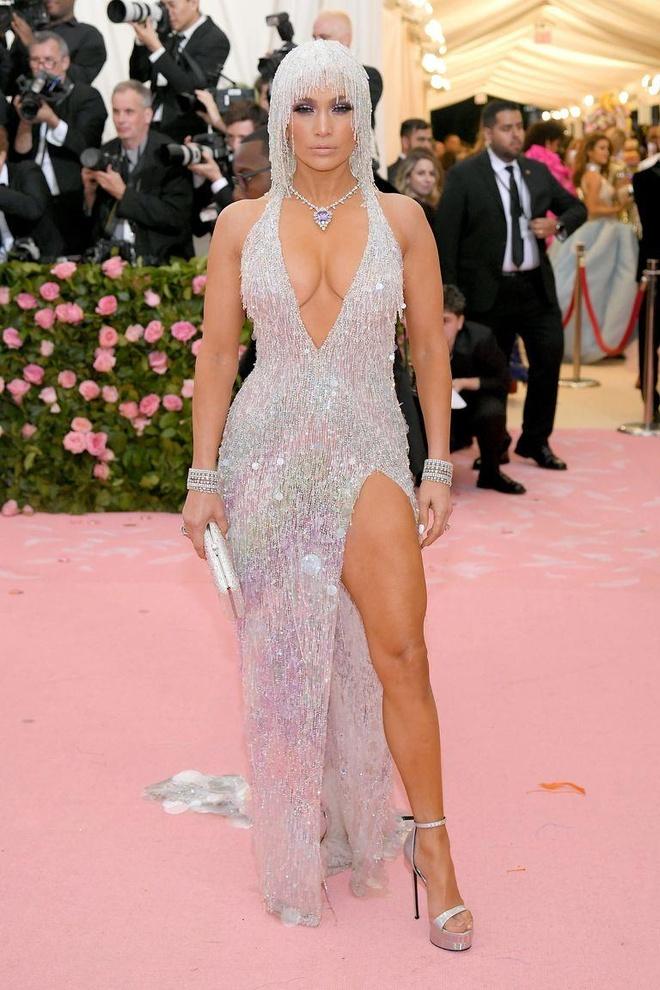 Katy Perry 'chat chem' khong thua Lady Gaga voi trang phuc den chum hinh anh 13