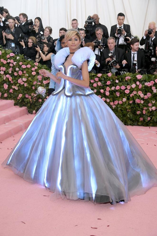 Katy Perry 'chat chem' khong thua Lady Gaga voi trang phuc den chum hinh anh 16