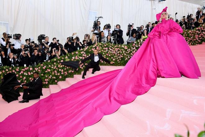 Katy Perry 'chat chem' khong thua Lady Gaga voi trang phuc den chum hinh anh 2