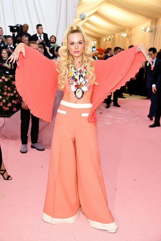 Katy Perry 'chat chem' khong thua Lady Gaga voi trang phuc den chum hinh anh 24