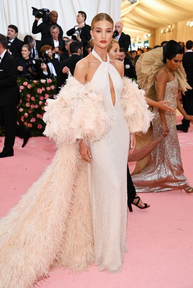 Katy Perry 'chat chem' khong thua Lady Gaga voi trang phuc den chum hinh anh 30