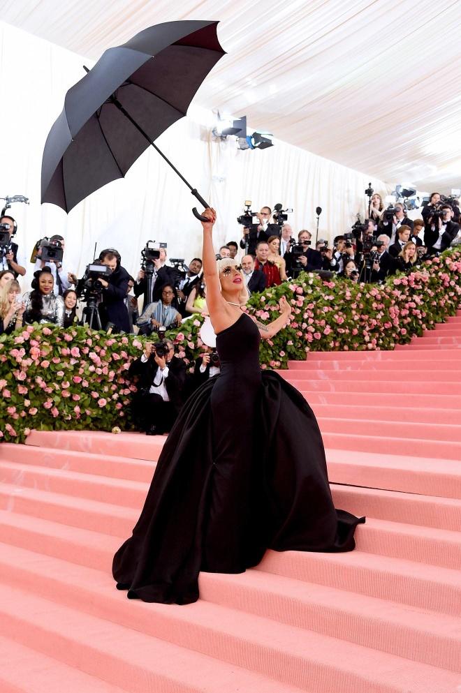 Katy Perry 'chat chem' khong thua Lady Gaga voi trang phuc den chum hinh anh 3