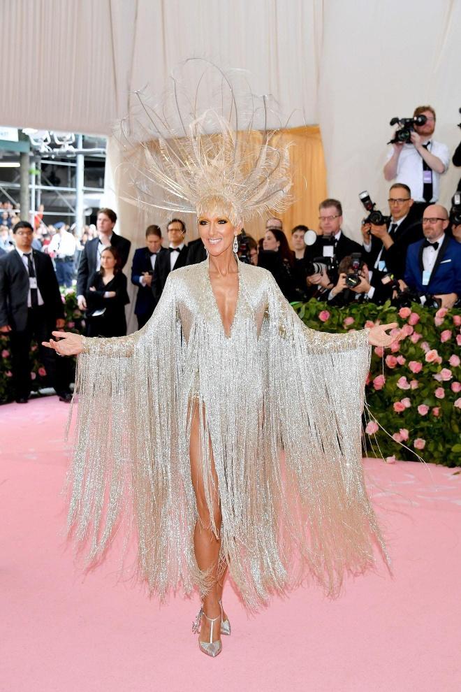 Katy Perry 'chat chem' khong thua Lady Gaga voi trang phuc den chum hinh anh 5