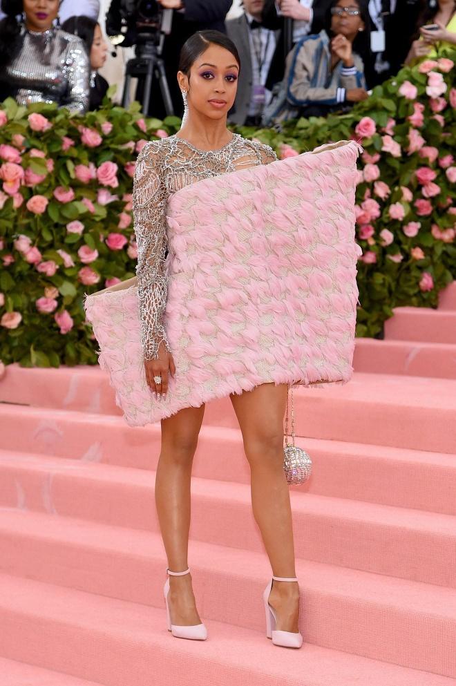Katy Perry 'chat chem' khong thua Lady Gaga voi trang phuc den chum hinh anh 8