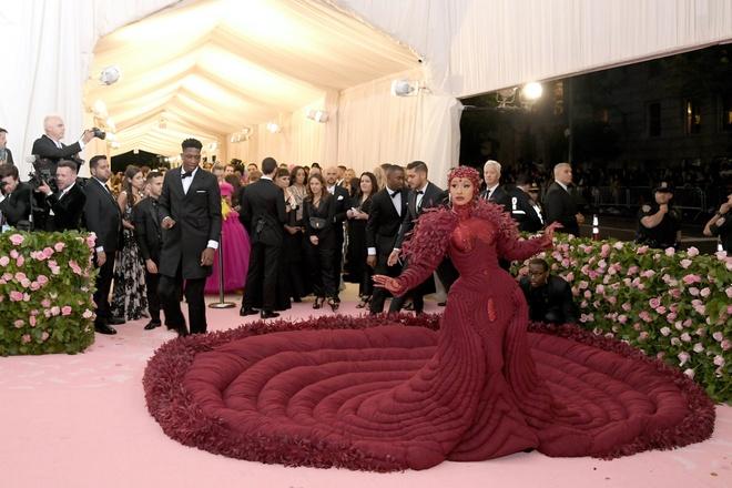 Katy Perry 'chat chem' khong thua Lady Gaga voi trang phuc den chum hinh anh 9