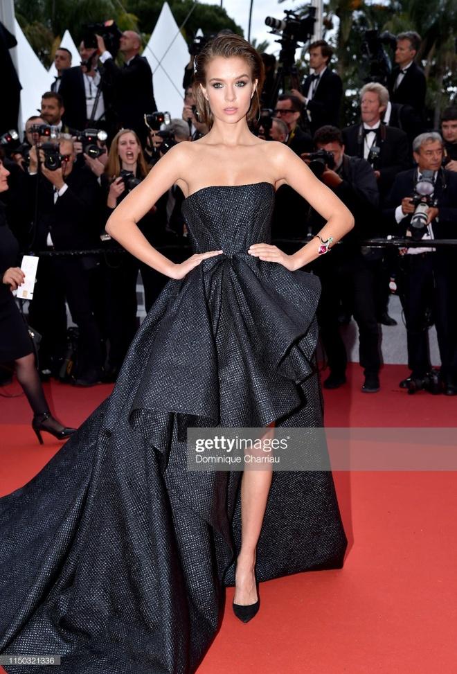 Khong 'chat chem', trang phuc Selena Gomez van dep nhat Cannes hinh anh 16