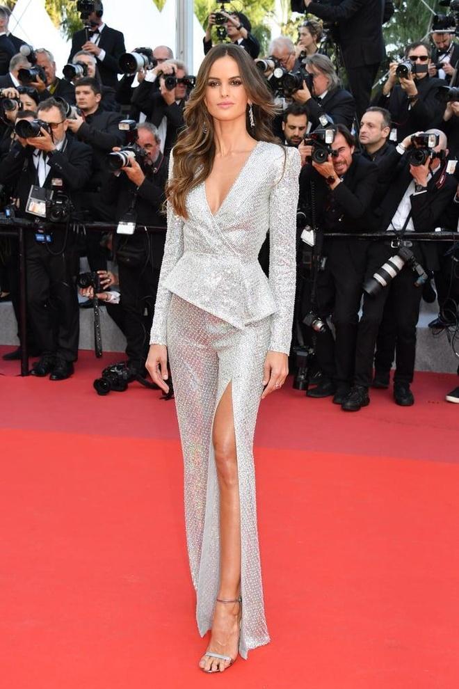 Khong 'chat chem', trang phuc Selena Gomez van dep nhat Cannes hinh anh 12