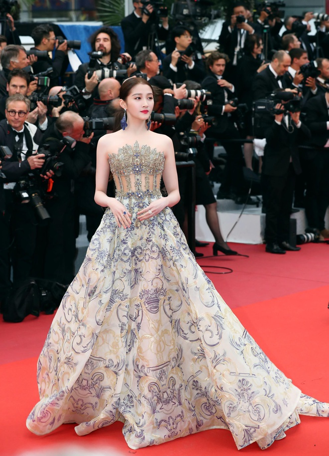 Khong 'chat chem', trang phuc Selena Gomez van dep nhat Cannes hinh anh 14