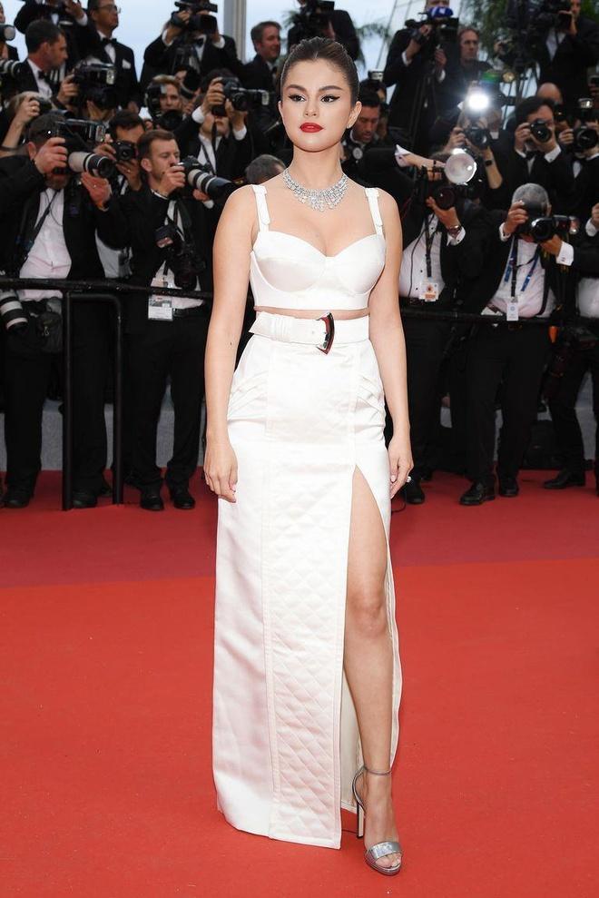 Khong 'chat chem', trang phuc Selena Gomez van dep nhat Cannes hinh anh 2