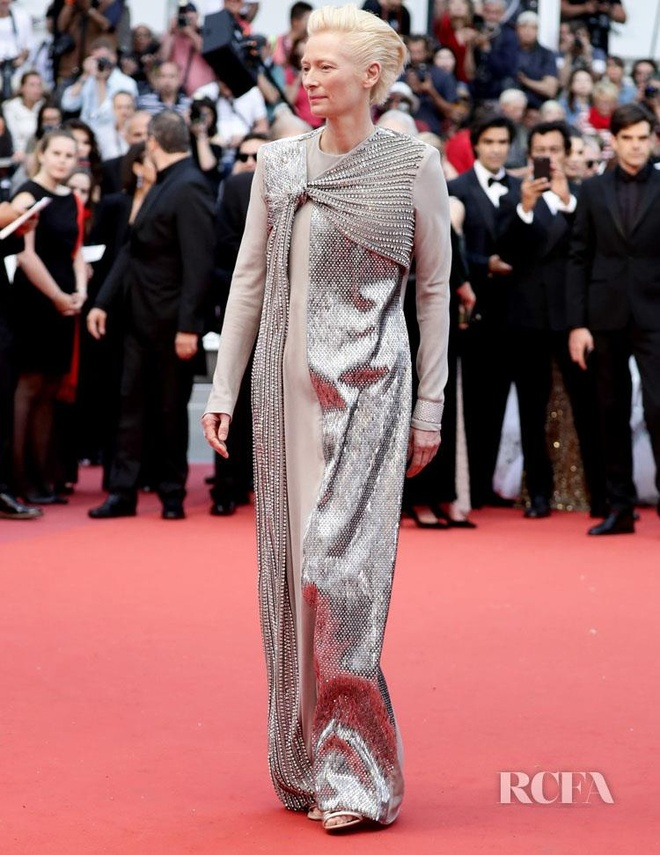 Khong 'chat chem', trang phuc Selena Gomez van dep nhat Cannes hinh anh 4