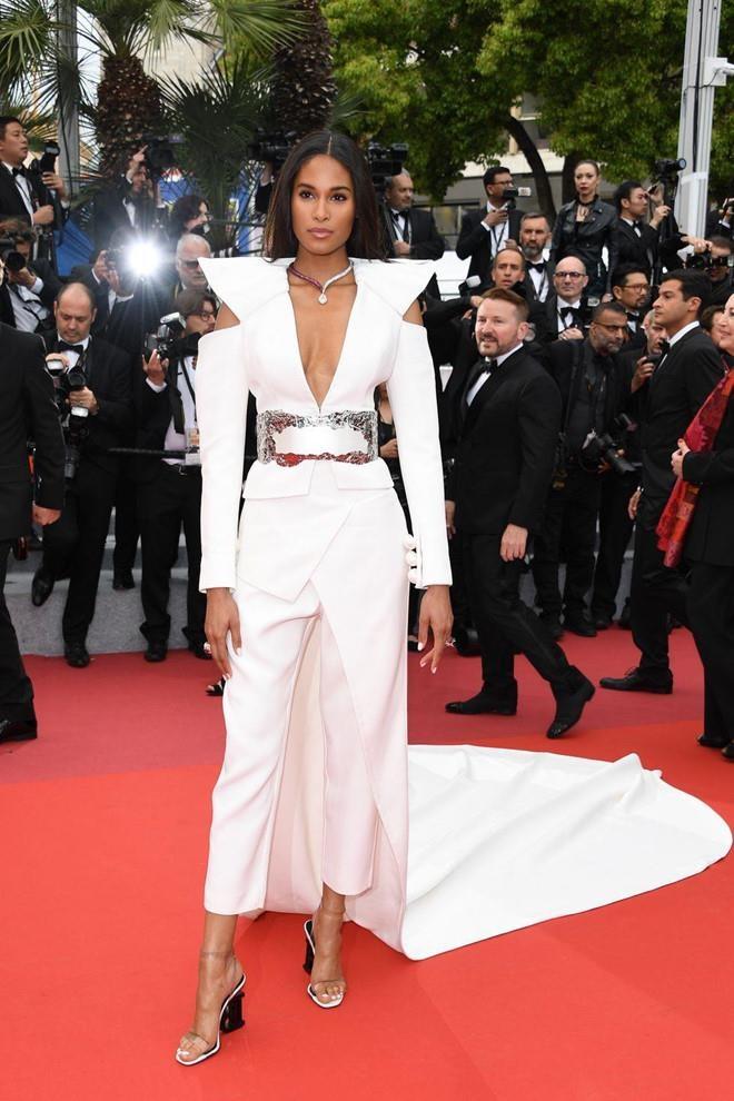 Khong 'chat chem', trang phuc Selena Gomez van dep nhat Cannes hinh anh 17