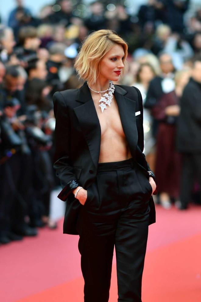 Suit khong noi y cua sieu mau goi cam bac nhat tham do Cannes 2019 hinh anh 1